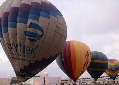 国际英语新闻:Hot air balloons take off for 1st time from Israel's int'l airport