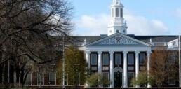 VOA慢速英语:美国政府取消针对留学生的签证限制