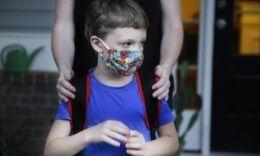 VOA慢速英语:美国新冠疫情持续 学校重开让家长纠结