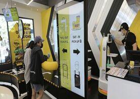韩国餐厅启用送餐机器人