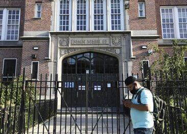 国际英语新闻:NYC reopens gyms, postpones start of new school year