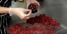 VOA慢速英语:布拉格餐厅创造冠状病毒形状的甜点