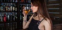 VOA慢速英语:越来越多的女性喝酒