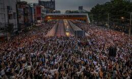 VOA慢速英语:泰国抗议活动继续 警方试图限制媒体