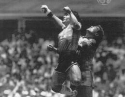 VOA慢速英语:一代球王马拉多纳逝世