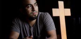 一男子在教会生活三年后寻求自由