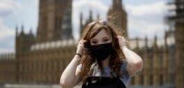 VOA慢速英语:戴两个口罩能提供更多的保护吗?