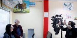 在希腊的一个拘留中心 一名官员用电视给囚犯上课