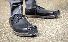 盲人出行利器:奥地利研发出可避开障碍的智能导航鞋